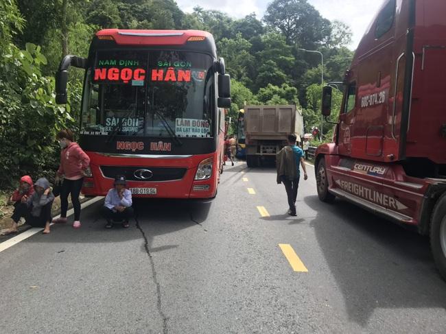 3 xe ô tô va chạm trên đèo Bảo Lộc, nhiều hành khách hoảng loạn - Ảnh 3.