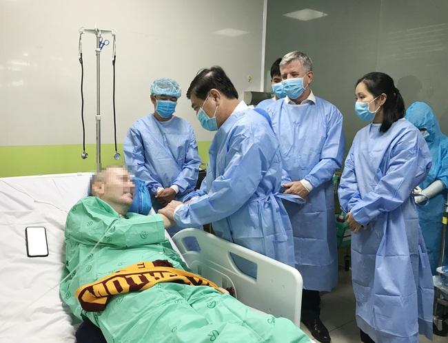 Chủ tịch UBND TP.HCM thăm bệnh nhân phi công 91: Cảm phục các y bác sĩ - Ảnh 1.