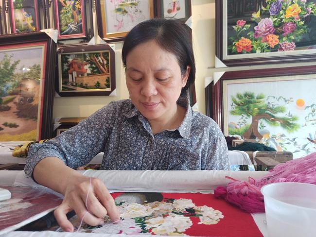"""13 tuổi đã thành thạo 9 """"ngón"""" thêu tay, giờ nữ nghệ nhân Thúy Đào còn có sản phẩm OCOP 4 sao - Ảnh 1."""
