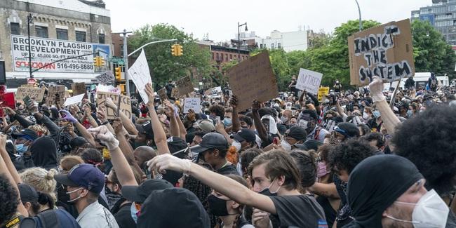 Chứng khoán Mỹ nhích nhẹ bất chấp biểu tình và giới nghiêm  - Ảnh 1.
