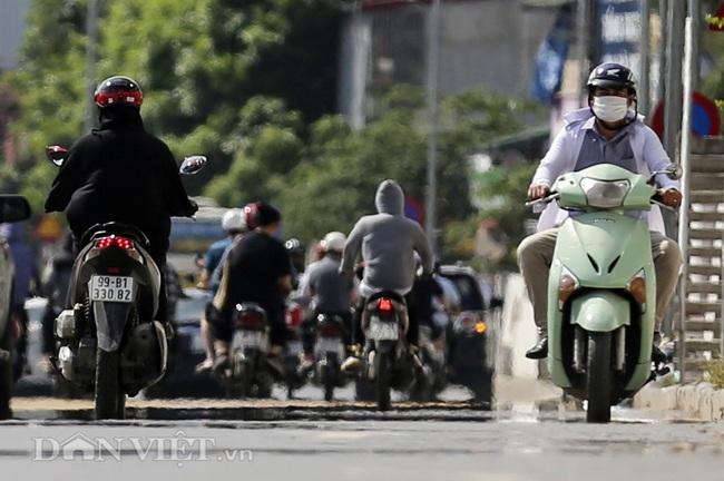 """Đường phố Hà Nội như """"bốc hơi"""", người đi đường khốn khổ trong nắng nóng 42 độ C - Ảnh 4."""