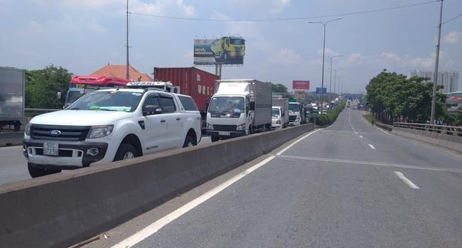 Xe tải rớt bánh lật trên quốc lộ 1A, nhiều người thoát chết, giao thông ùn ứ kéo dài - Ảnh 4.