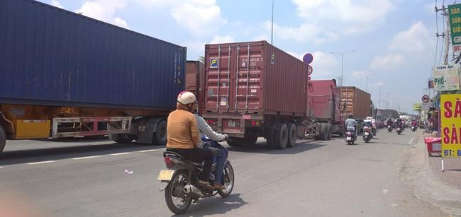 Xe tải rớt bánh lật trên quốc lộ 1A, nhiều người thoát chết, giao thông ùn ứ kéo dài - Ảnh 3.