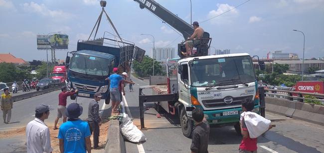 Xe tải rớt bánh lật trên quốc lộ 1A, nhiều người thoát chết, giao thông ùn ứ kéo dài - Ảnh 2.