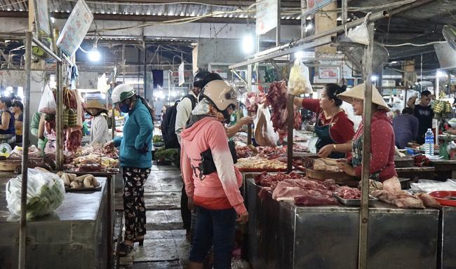 Đà Nẵng: Giá heo hơi giảm nhưng thịt ngoài chợ vẫn cao ngất ngưỡng - Ảnh 3.