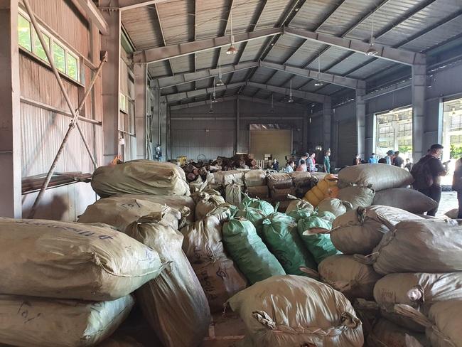 """Bắt hơn 100 tấn dược liệu """"đội lót"""" hoa quả khô - Ảnh 1."""