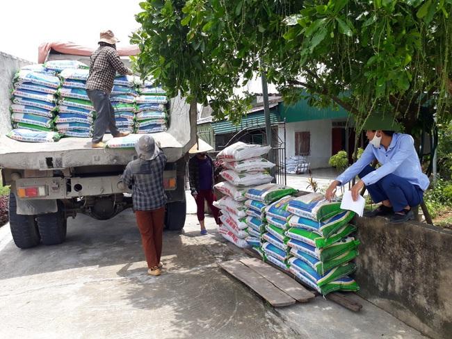 Hàng nghìn tấn phân bón trả chậm đến tay nông dân Hà Tĩnh  - Ảnh 1.