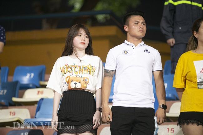 Quang Hải, Huỳnh Anh tình tứ ngồi khán đài xem Hà Nội FC thi đấu - Ảnh 1.