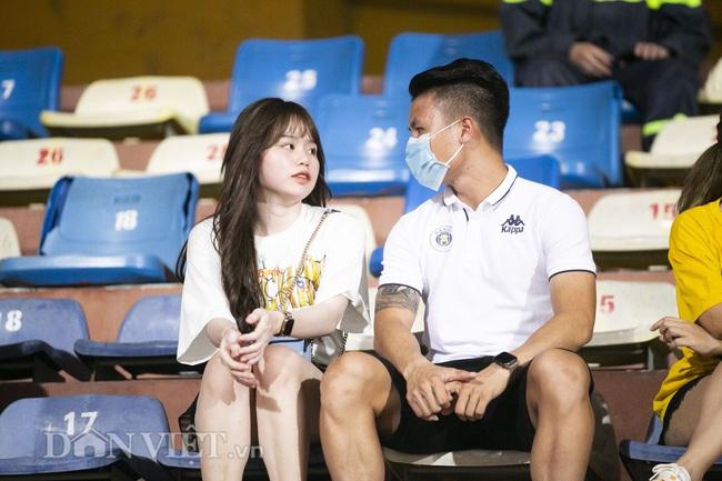 Quang Hải, Huỳnh Anh tình tứ ngồi khán đài xem Hà Nội FC thi đấu - Ảnh 2.