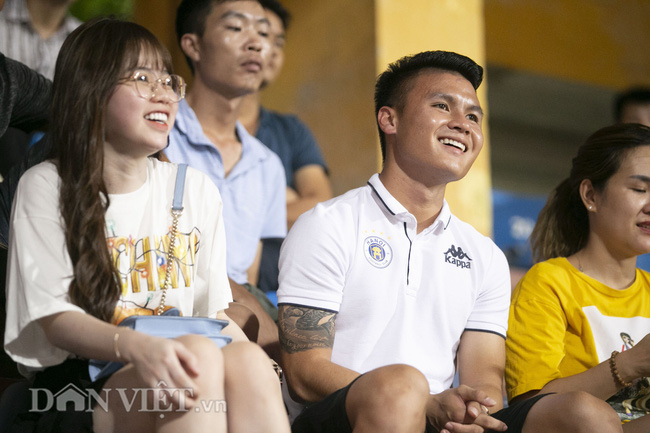 Quang Hải, Huỳnh Anh tình tứ ngồi khán đài xem Hà Nội FC thi đấu - Ảnh 3.