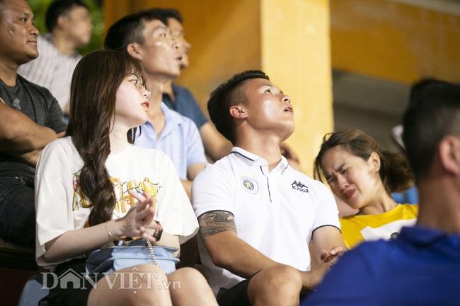 Quang Hải, Huỳnh Anh tình tứ ngồi khán đài xem Hà Nội FC thi đấu - Ảnh 4.