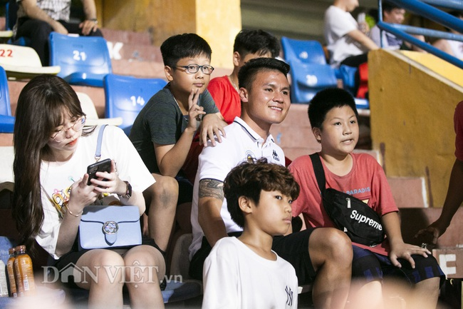 Quang Hải, Huỳnh Anh tình tứ ngồi khán đài xem Hà Nội FC thi đấu - Ảnh 5.