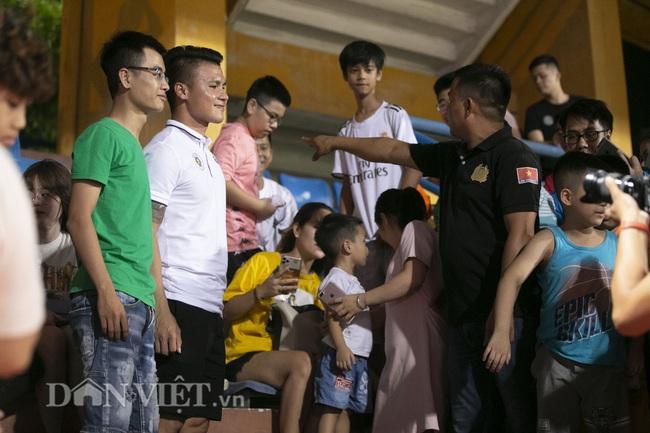 Quang Hải, Huỳnh Anh tình tứ ngồi khán đài xem Hà Nội FC thi đấu - Ảnh 6.