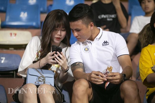 Quang Hải, Huỳnh Anh tình tứ ngồi khán đài xem Hà Nội FC thi đấu - Ảnh 8.