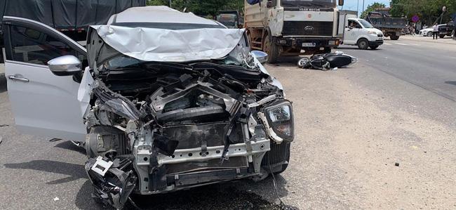 Xế hộp nát đầu, 1 người bị thương do xe ben gây tai nạn liên hoàn - Ảnh 2.
