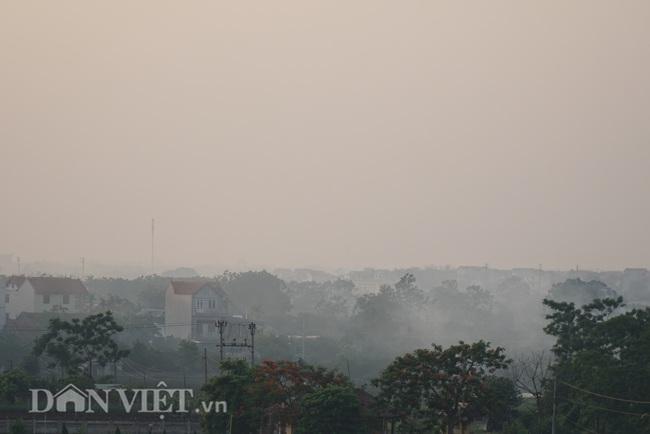 Khói trắng mù mịt bủa vây khu dân cư do người dân đốt rơm  - Ảnh 15.