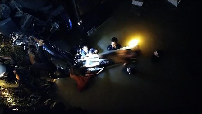 Xe chở trái cây rơi xuống cầu, 2 người tử vong - Ảnh 3.