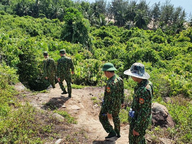 Truy tìm tên tội phạm giết người trốn khỏi trại giam quân sự: Dừng bay flycam, tập trung lực lượng tìm dấu vết trong rừng - Ảnh 1.
