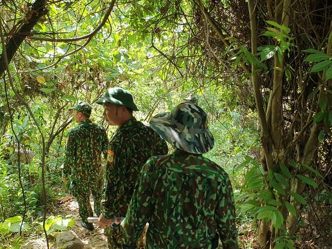 Dừng bay flycam, tập trung lực lượng tìm dấu vết Triệu Quân Sự trong rừng - Ảnh 2.