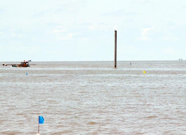 Di dời các trụ điện gió để đảm bảo an toàn cho ngư dân - Ảnh 1.
