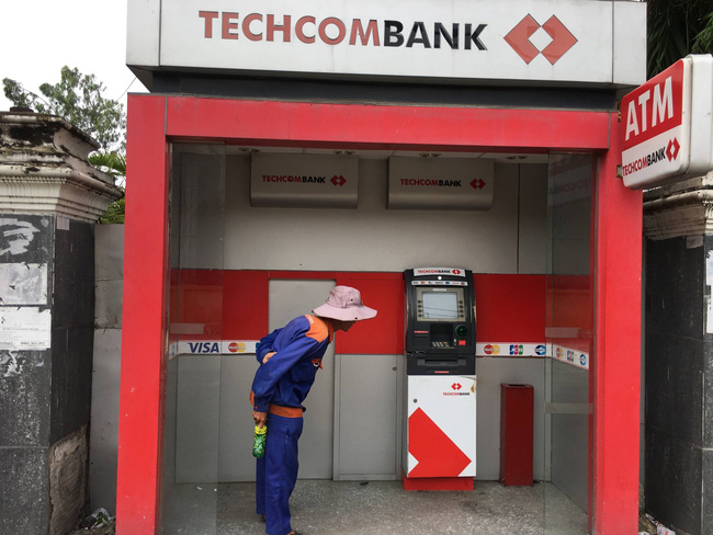 TPHCM: Bực tức vì bị máy ATM nuốt thẻ, thanh niên dùng búa tới đập phá - Ảnh 1.