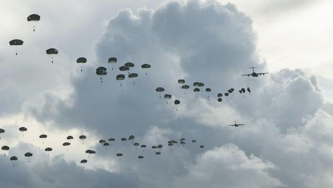 Hàng trăm lính dù Mỹ nhảy khỏi máy bay, bất ngờ đổ bộ đảo Guam - Ảnh 2.