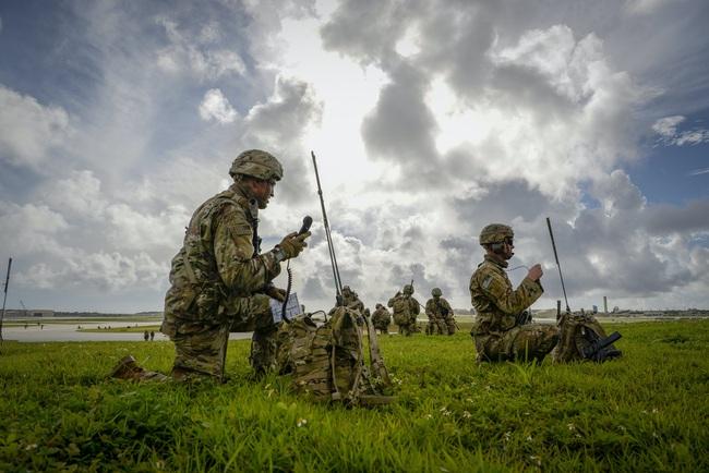 Hàng trăm lính dù Mỹ nhảy khỏi máy bay, bất ngờ đổ bộ đảo Guam - Ảnh 4.