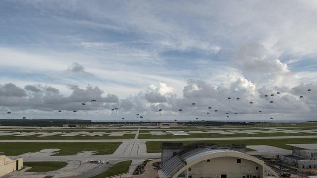 Hàng trăm lính dù Mỹ nhảy khỏi máy bay, bất ngờ đổ bộ đảo Guam - Ảnh 3.