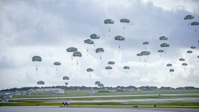 Hàng trăm lính dù Mỹ nhảy khỏi máy bay, bất ngờ đổ bộ đảo Guam - Ảnh 1.