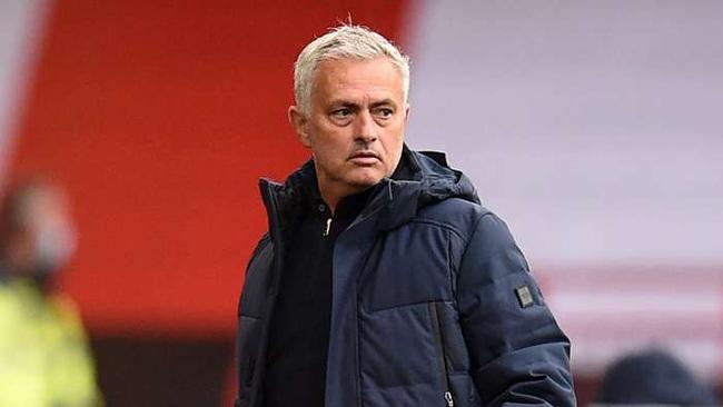 Mourinho sôi tiết vì trọng tài