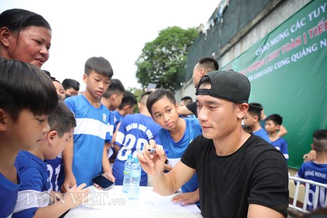 Công Phượng, Bùi Tiến Dũng mướt mồ hôi vì fan nhí quây ở Quảng Ninh - Ảnh 2.