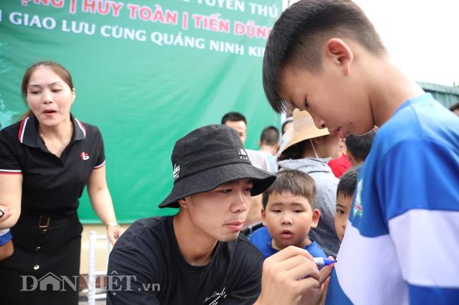 Công Phượng, Bùi Tiến Dũng mướt mồ hôi vì fan nhí quây ở Quảng Ninh - Ảnh 3.