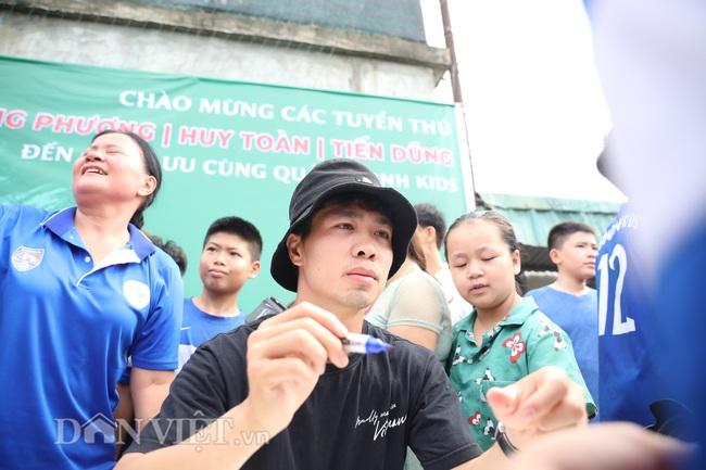 Công Phượng, Bùi Tiến Dũng mướt mồ hôi vì fan nhí quây ở Quảng Ninh - Ảnh 5.
