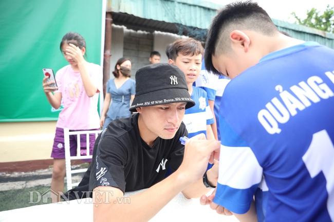 Công Phượng, Bùi Tiến Dũng mướt mồ hôi vì fan nhí quây ở Quảng Ninh - Ảnh 7.