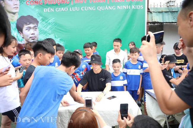 Công Phượng, Bùi Tiến Dũng mướt mồ hôi vì fan nhí quây ở Quảng Ninh - Ảnh 8.
