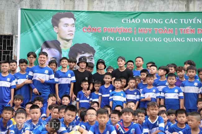 Công Phượng, Bùi Tiến Dũng mướt mồ hôi vì fan nhí quây ở Quảng Ninh - Ảnh 1.