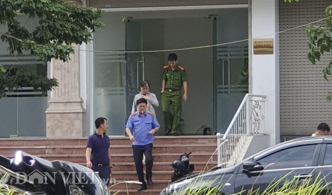 Ảnh: Công an xuất hiện tại trụ sở công ty Đông Kinh và nhà riêng anh trai Bùi Quang Huy  - Ảnh 3.