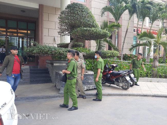 Công an đang khám xét nhà Phó Chủ tịch UBND TP.HCM Trần Vĩnh Tuyến - Ảnh 2.