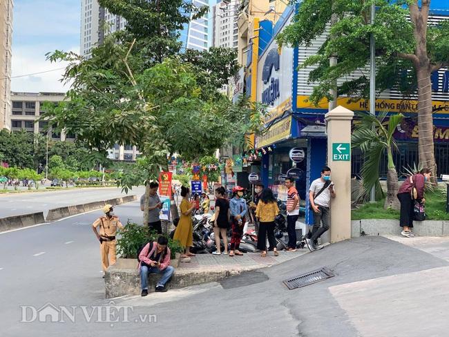 Công an đang khám xét nhà Phó Chủ tịch UBND TP.HCM Trần Vĩnh Tuyến - Ảnh 4.