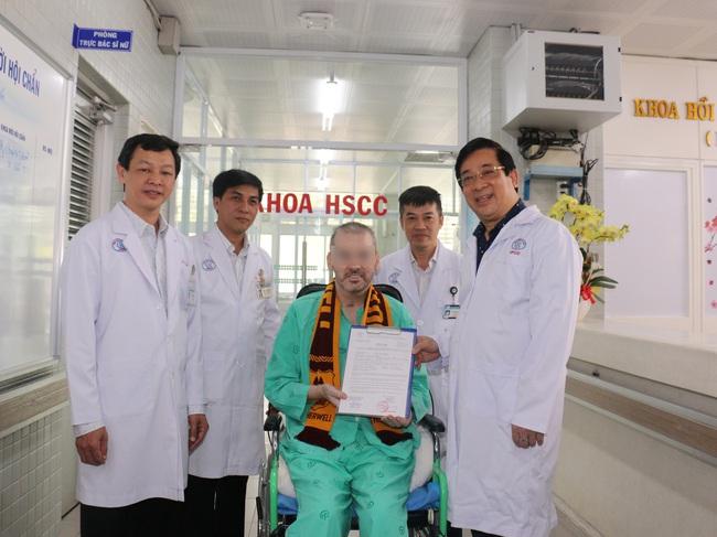 Bệnh nhân 91 rời Bệnh viện Chợ Rẫy, xe cứu thương đưa đến thẳng chân máy bay - Ảnh 1.