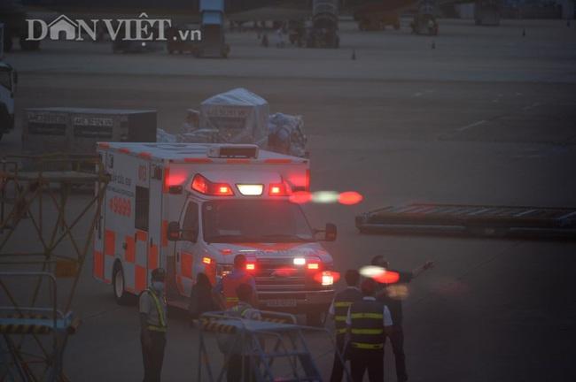 """Cận cảnh chuyến bay """"đặc biệt"""" phi công người Anh rời Việt Nam về nước - Ảnh 1."""