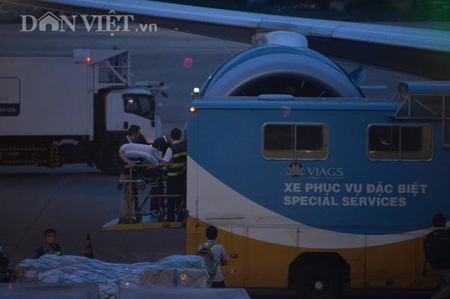 """Cận cảnh chuyến bay """"đặc biệt"""" phi công người Anh rời Việt Nam về nước - Ảnh 4."""