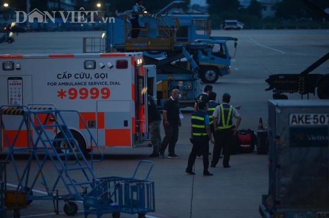 """Cận cảnh chuyến bay """"đặc biệt"""" phi công người Anh rời Việt Nam về nước - Ảnh 6."""