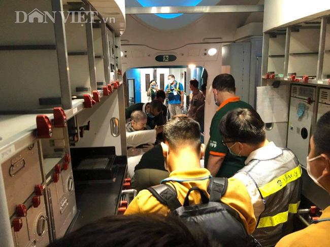 """Cận cảnh chuyến bay """"đặc biệt"""" phi công người Anh rời Việt Nam về nước - Ảnh 7."""