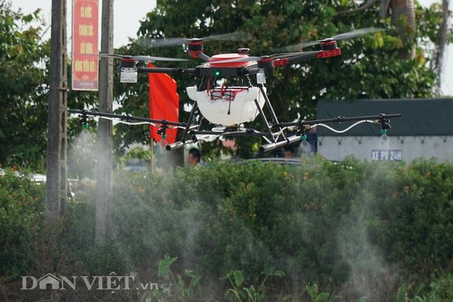 Tận mắt chứng kiến máy bay không người lái phun thuốc trên đồng ruộng - Ảnh 3.