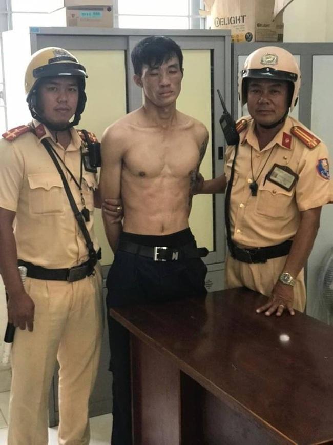 Tên trộm dùng dao tấn công cảnh sát khi bị vây bắt ở TPHCM - Ảnh 2.