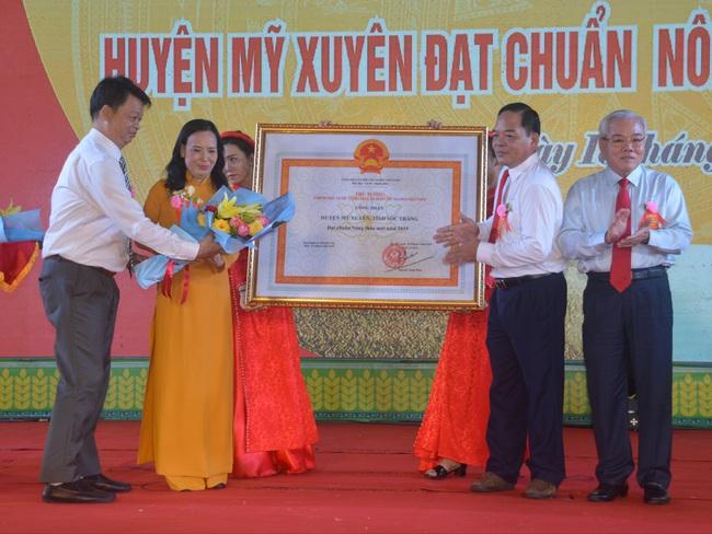 Huyện Mỹ Xuyên được công nhận đạt chuẩn nông thôn mới - Ảnh 1.