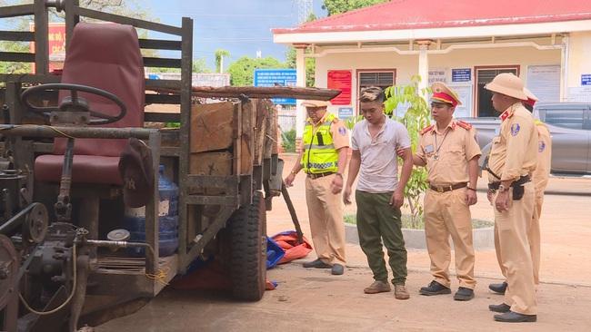 CSGT nổ 4 phát súng, tài xế chở gỗ lậu mới dừng xe  - Ảnh 2.