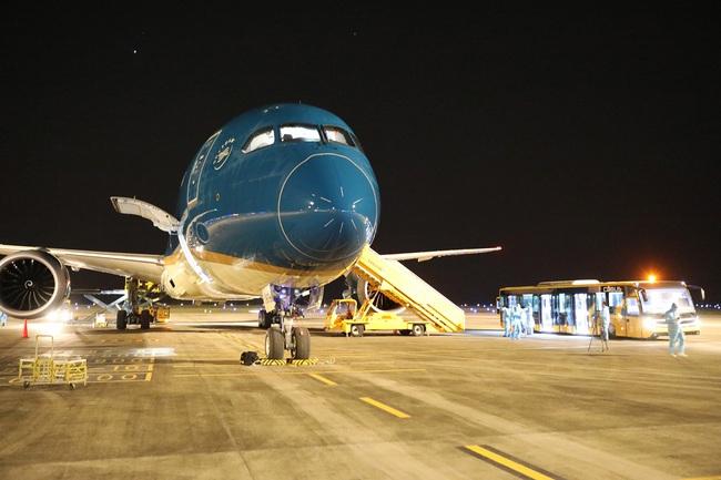 Sân bay Vân Đồn đón 341 công dân Việt Nam trở về từ vùng dịch lớn nhất thế giới  - Ảnh 1.