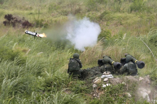 Chùm ảnh Đài Loan rầm rộ tập trận bắn đạn thật chống lại mối đe dọa từ Trung Quốc - Ảnh 2.
